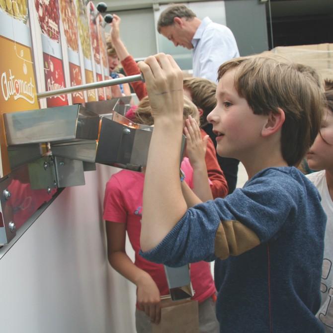 """""""Automato"""" – Stoffels, Belgio. Distributore automatico per il punto vendita: da tre contenitori cadono, direttamente nella borsa della spesa, diversi tipi di pomodori ciliegini."""