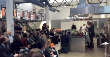 Filippo La Mantia durante la preparazione dei piatti con l'arancia rossa Rosaria
