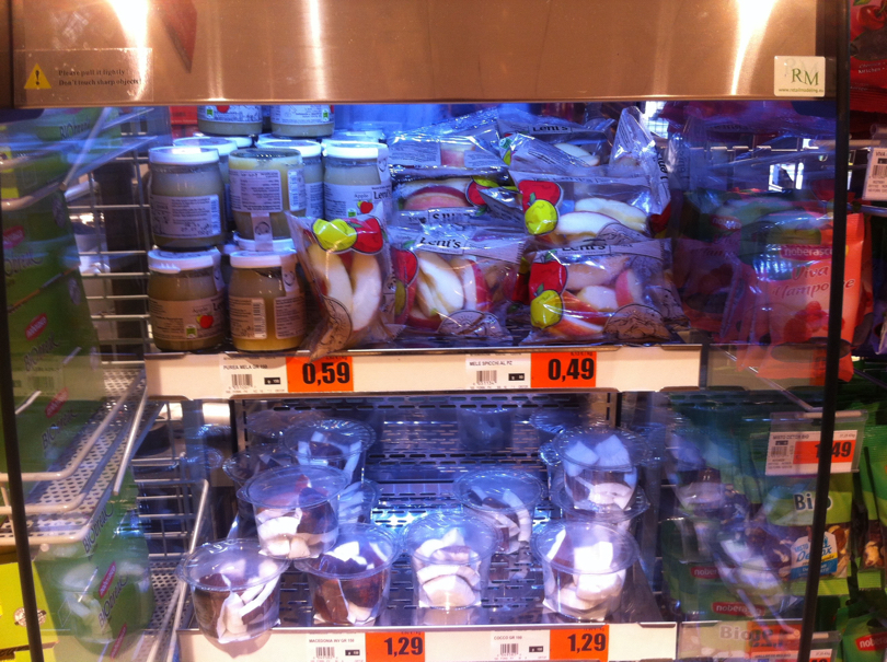 Supermercato U2 di Meda (MN) - Frigo in avanzassa con mousse e bustine di mele a fette Leni's