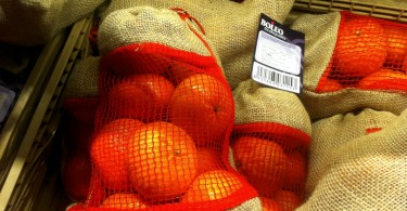 Mandarini spagnoli in sacchi di iuta