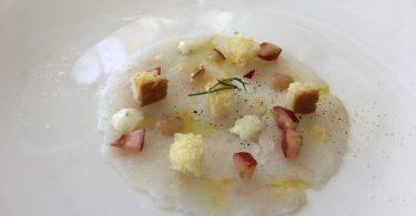 Battuto di gambero bianco, con pan brioche, dressing di erbe e ciliegie
